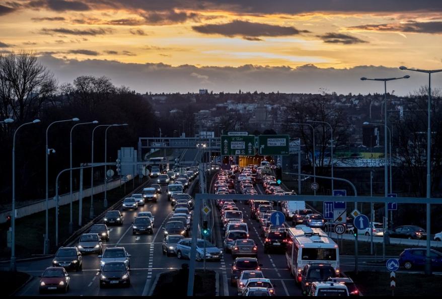 Pražané si kupují dražší auta a najezdí s nimi méně kilometrů. Jaké značky frčí?